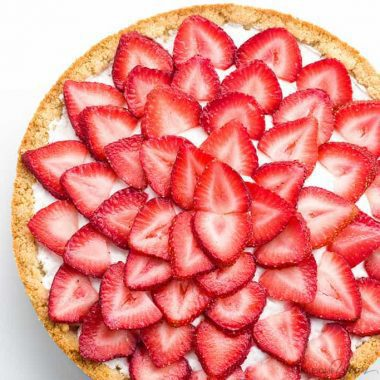 Easy Strawberry Tart Recipe (Paleo, Low Carb, Sugar-free) - This easy strawberry tart recipe has only 5 ingredients! Made with fresh strawberries, it's also paleo, sugar-free, gluten-free, and low carb. Detail: img-6030