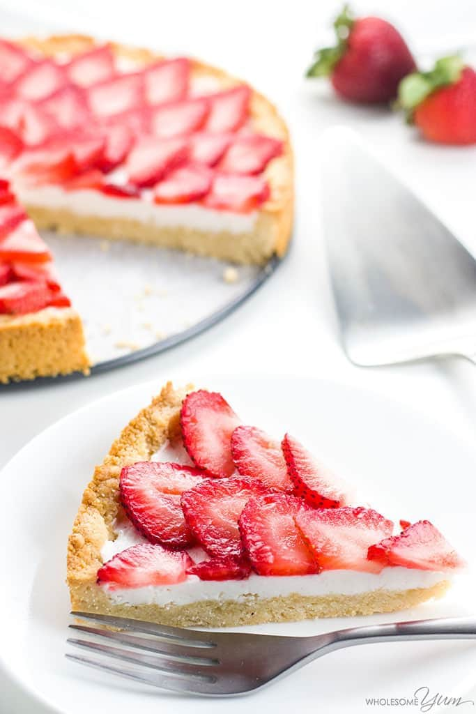 Easy Strawberry Tart Recipe (Paleo, Low Carb, Sugar-free) - This easy strawberry tart recipe has only 5 ingredients! Made with fresh strawberries, it's also paleo, sugar-free, gluten-free, and low carb.