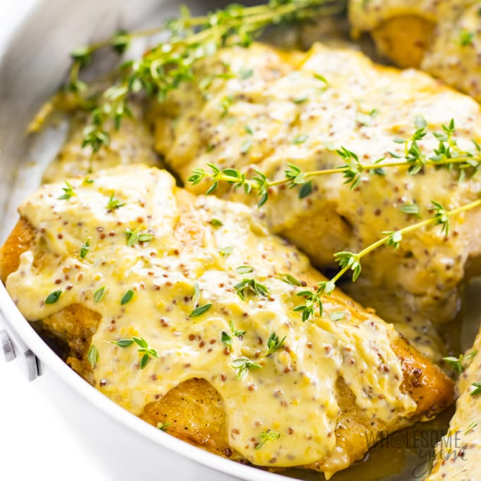Pan with chicken and mustard sauce