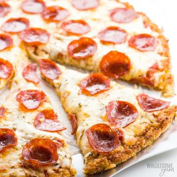 Easy Low Carb Cauliflower Pizza Crust Recipe - An easy 3-ingredient recipe for how to make cauliflower pizza crust! There's even an option to avoid squeezing. This will be your favorite low carb cauliflower pizza crust recipe. Keto, healthy, and gluten-free. Detail: easy-low-carb-cauliflower-pizza-crust-recipe-1