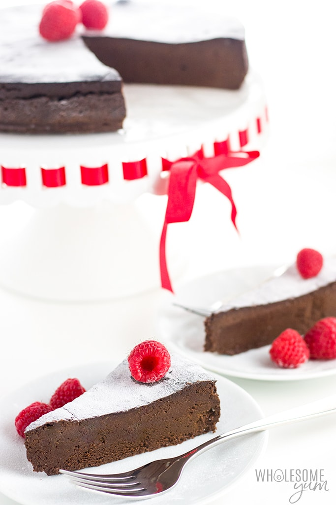 Gluten-Free Sugar-Free Flourless Chocolate Cake Recipe - This gluten-free sugar-free flourless chocolate cake recipe needs just FIVE INGREDIENTS! Made with sugar-free chocolate and your sweetener of choice, this is the best flourless chocolate cake recipe ever! Naturally keto and low carb.