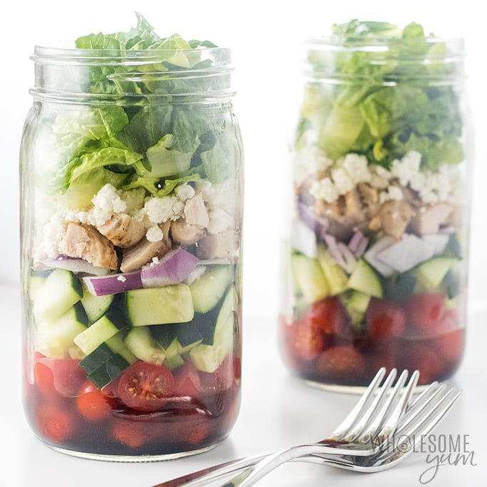 Healthy Low Carb Meal Prep: Greek Mason Jar Salad Recipe with Chicken - This Greek Mason jar salad recipe with chicken makes for super easy low carb meal prep! Just a few common ingredients & 10 minutes prep time.