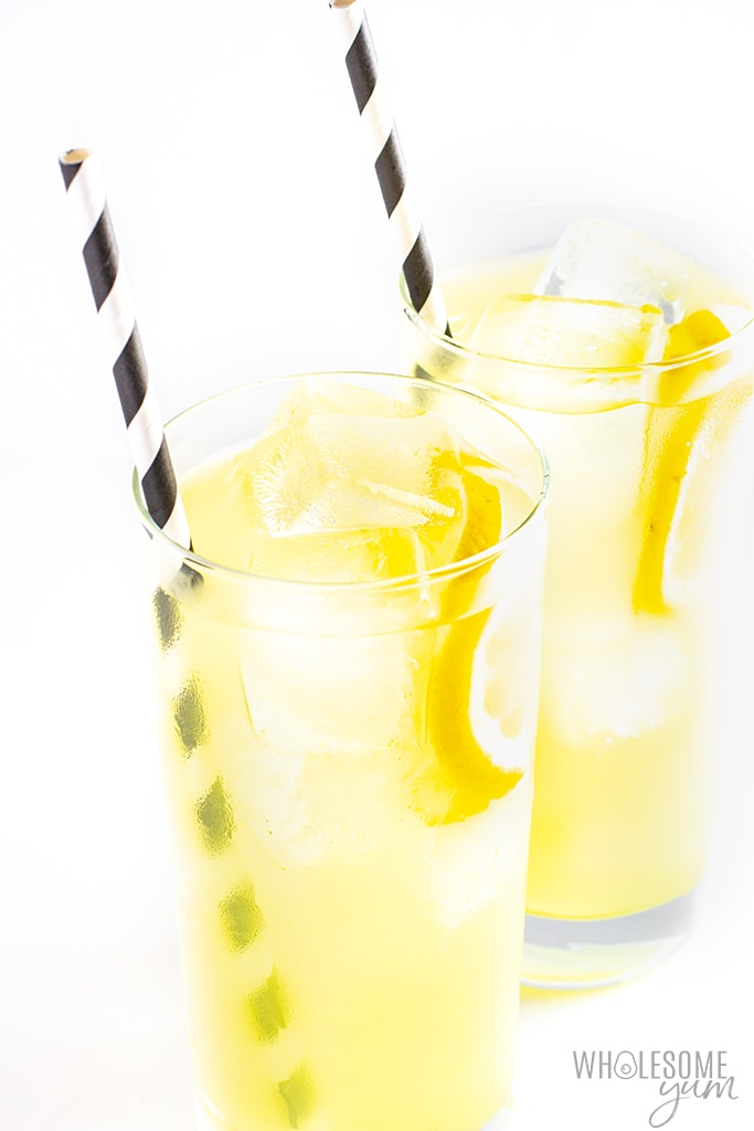 Healthy lemonade recipe without sugar in two glasses