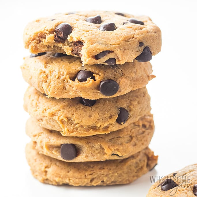 Easy Low Carb Chocolate Chip Peanut Butter Protein Cookies Recipe - This easy chocolate chip peanut butter protein cookies recipe is so chewy! Just 6 ingredients, 1 bowl, and 10 minutes prep for delicious, flourless low carb protein cookies. They're naturally gluten-free. Detail: easy-low-carb-chocolate-chip-peanut-butter-protein-cookies-recipe-3