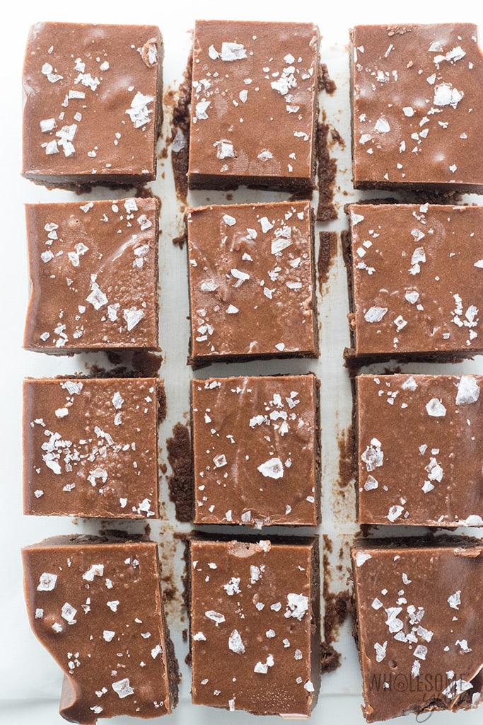 Easy Keto Fudge Recipe With Cocoa Powder - 4 Ingredients - This easy keto fudge recipe needs just 4 ingredients and 10 minutes prep! And, making keto fudge with cocoa powder and sea salt is super easy.